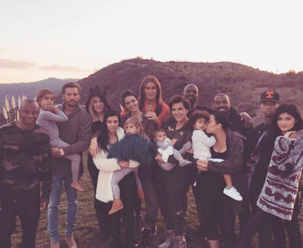 Kim Kardashiam reúne toda a família para foto paradisíaca