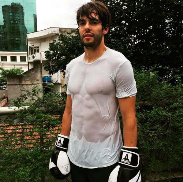 Kaká posta foto com camisa colada no corpo e exibe tanquinho