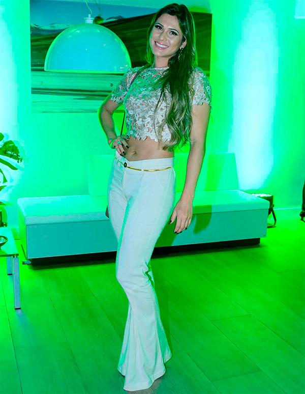 Lívia Andrade aposta na barriga de fora em inauguração