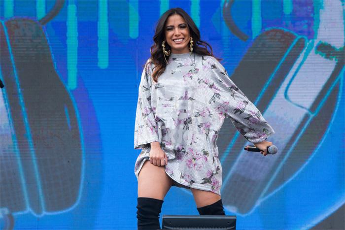Anitta aposta em visual estiloso para participar de festival