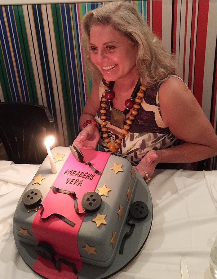 Vera Fischer ganha bolo de aniversário: 'Tão feliz'