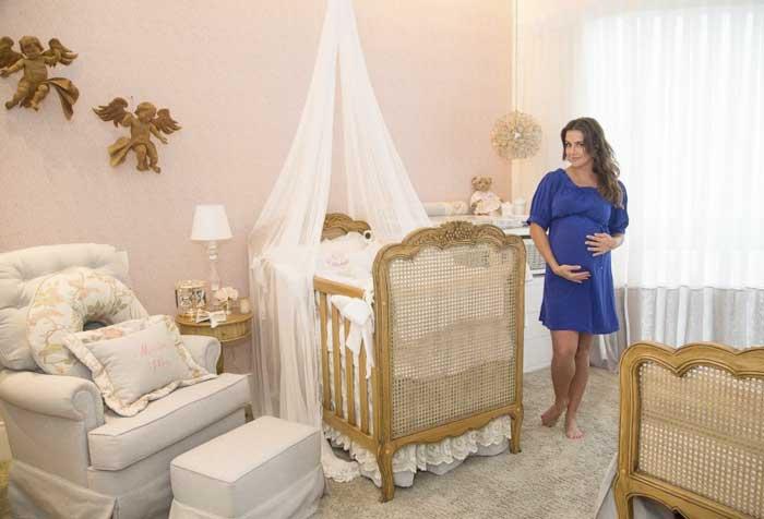Grávida de 8 meses, Deborah Secco mostra o quarto da bebê