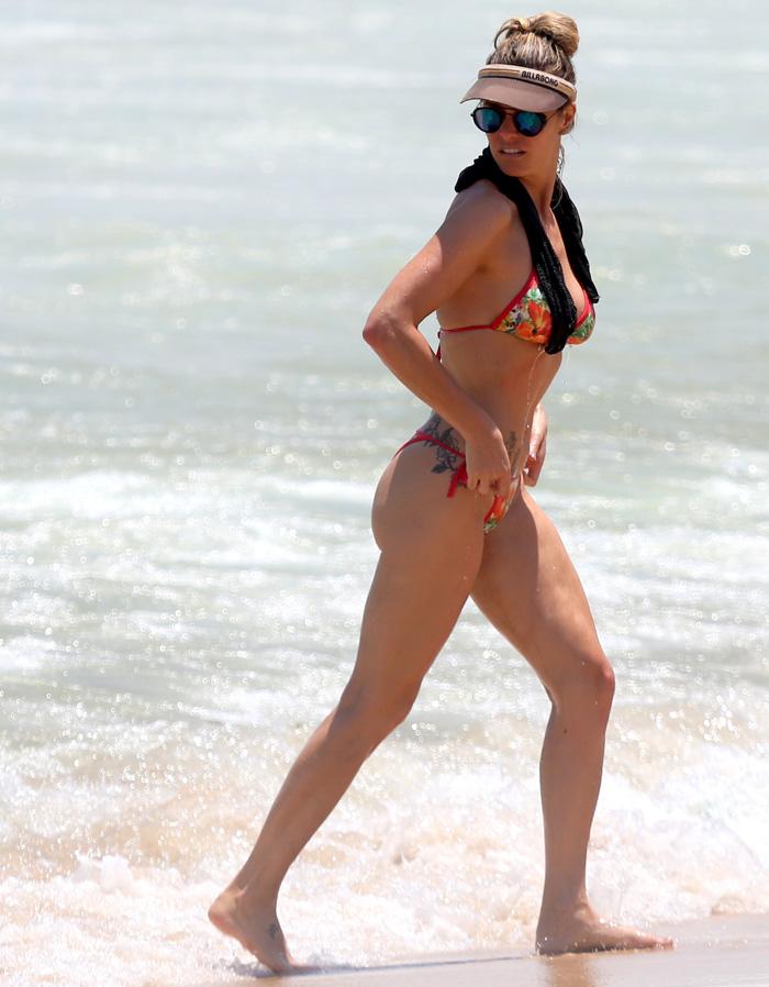 Fernanda Lima dá ajeitadinha no biquíni. Veja!