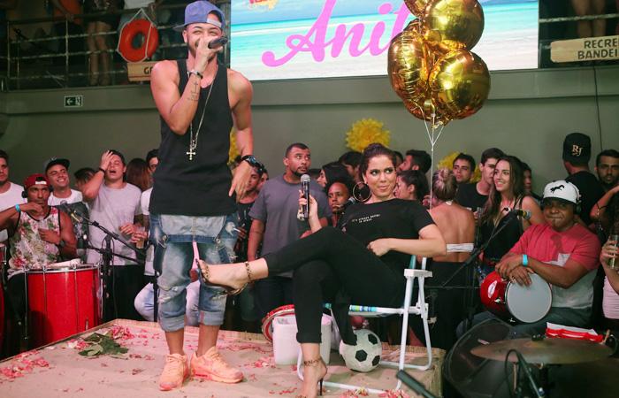 Anitta inova e usa look comportado em show