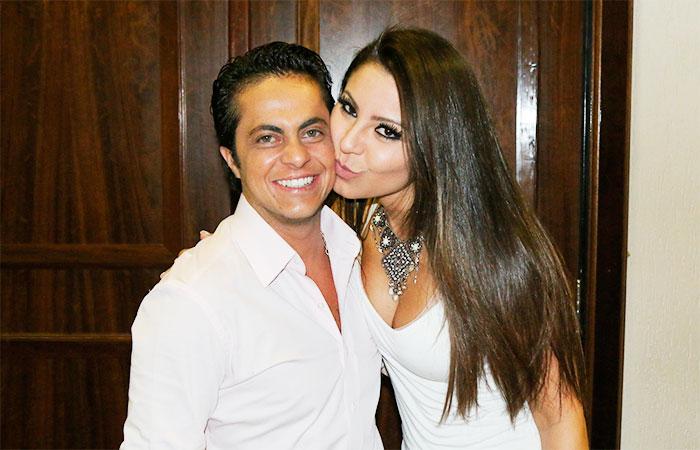 No palco, Andressa Ferreira tasca beijo em outra mulher