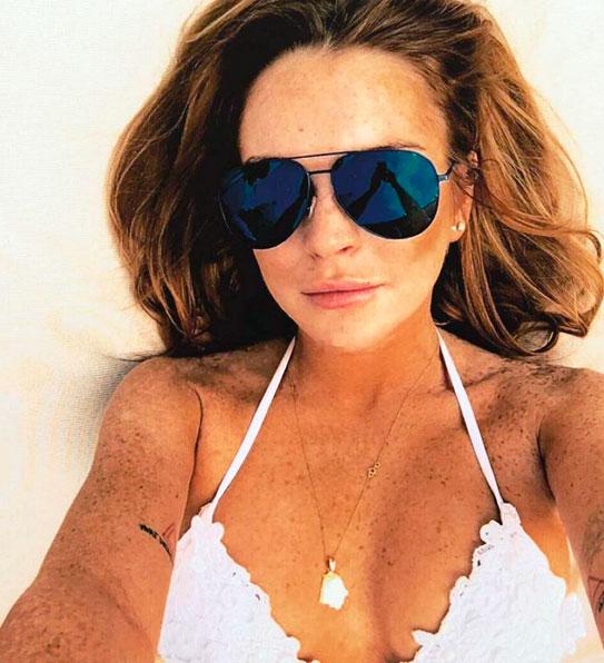 Lindsay Lohan faz selfie com biquíni decotado