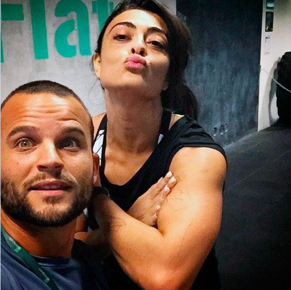 Juliana Paes exibe braço musculoso após treino