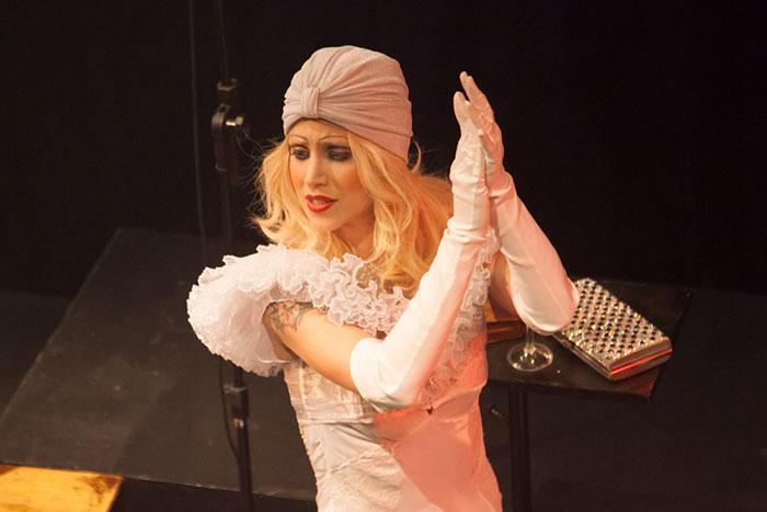 Com peruca loira, Mel Lisboa estrela musical em São Paulo