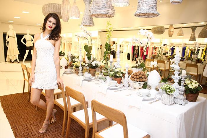 Isabeli Fontana aposta em vestido 'bafônico' em evento
