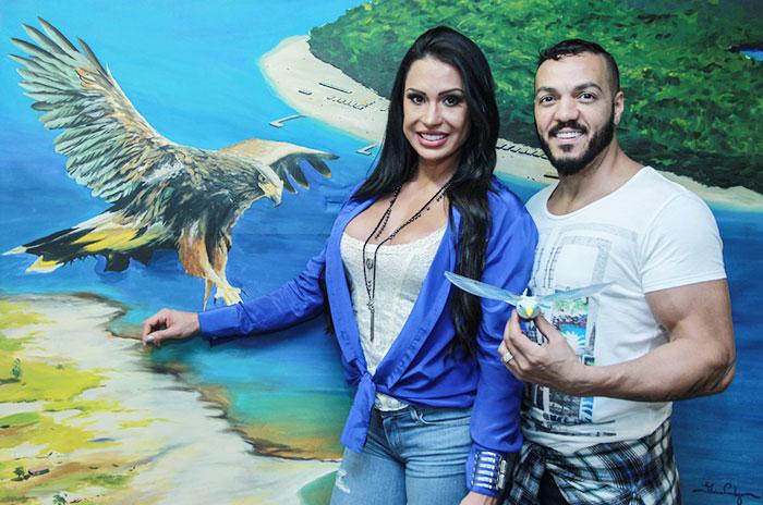 Gracyanne Barbosa vai com look decotado na quadra da Portela