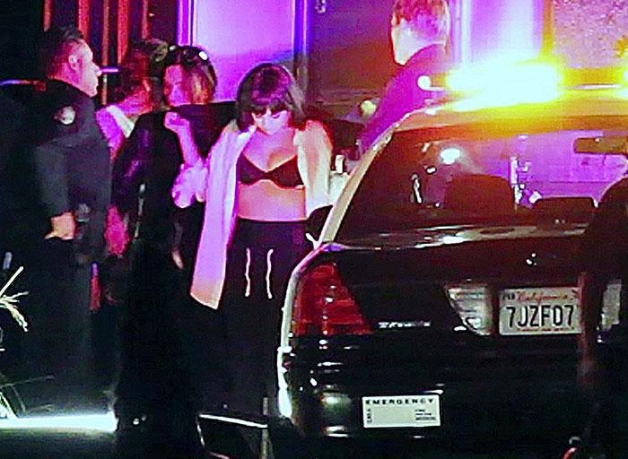 Selena Gomez deixa sutiã à mostra em gravação de clipe