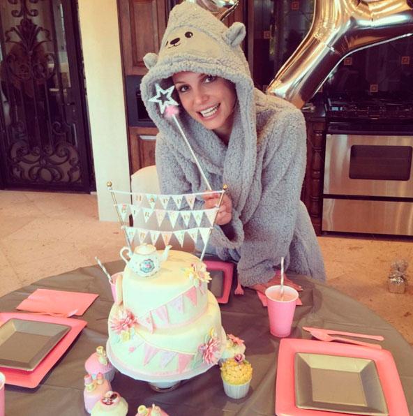 Britney Spears comemora aniversário com look excêntrico