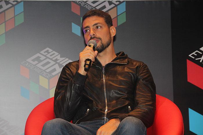 Com jaqueta de couro, Cauã Reymond divulga filme em evento
