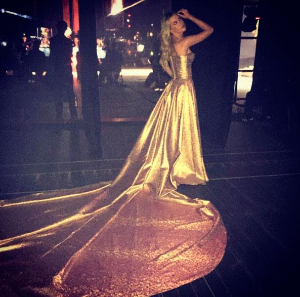 Fiorella Matheis usa vestido dourado com calda longa