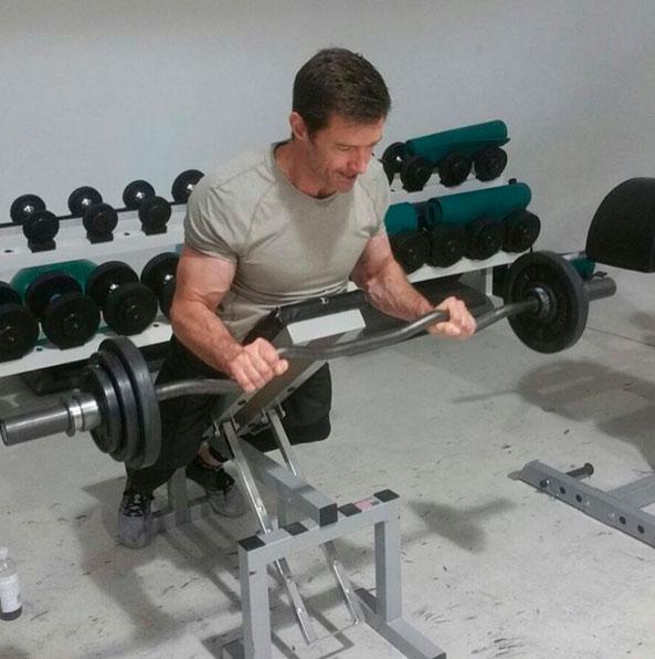Aos 47 anos, Hugh Jackman posta foto exibindo boa forma