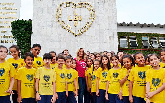 Helô Pinheiro reúne jovens para divulgar campanha de Natal