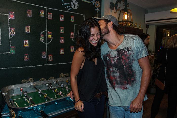 Yanna Lavigne e Nando Rodrigues demonstram amor em público
