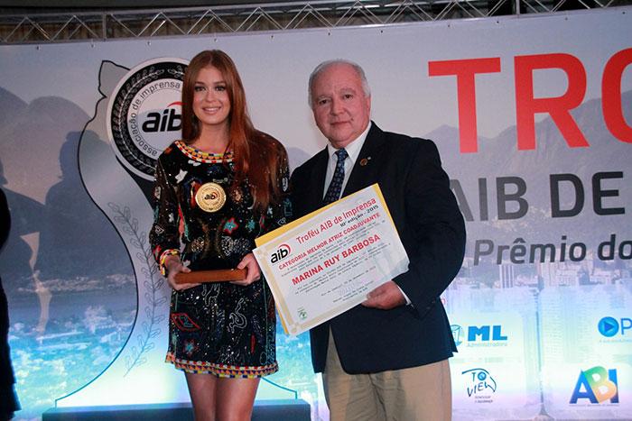Com look curtinho, Marina Ruy Barbosa recebe prêmio no Rio