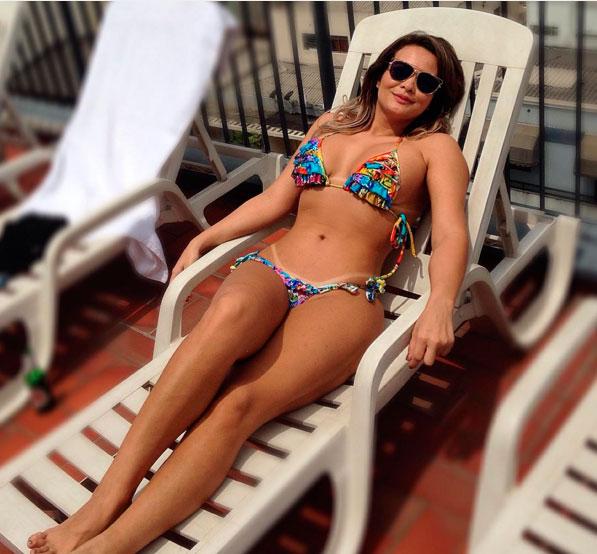 Geisy Arruda exibe corpão ao tomar banho de sol em piscina
