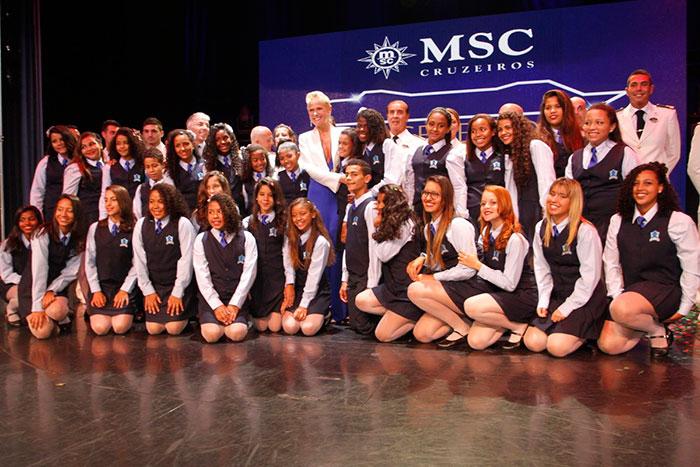 Xuxa desfila elegância com macacão azul em inauguração
