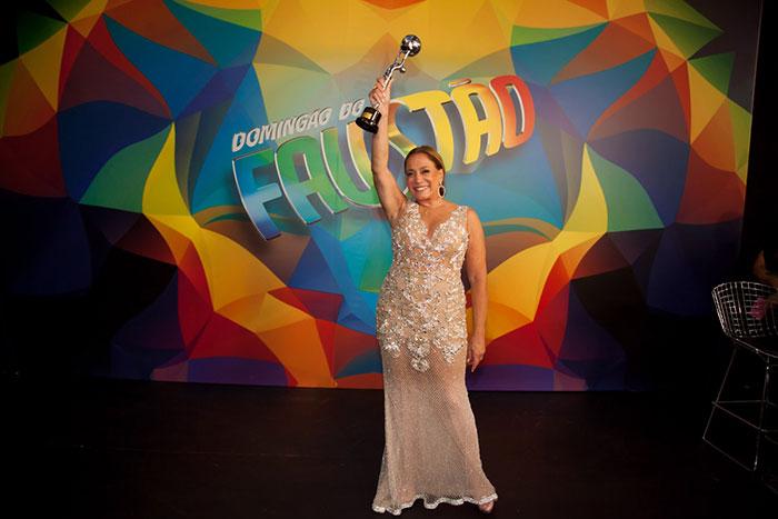 Poderosa! Susana Vieira recebe Troféu Mário Lago de 2015