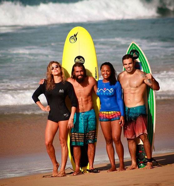 Grazi Massafera exibe corpão em aula de surfe