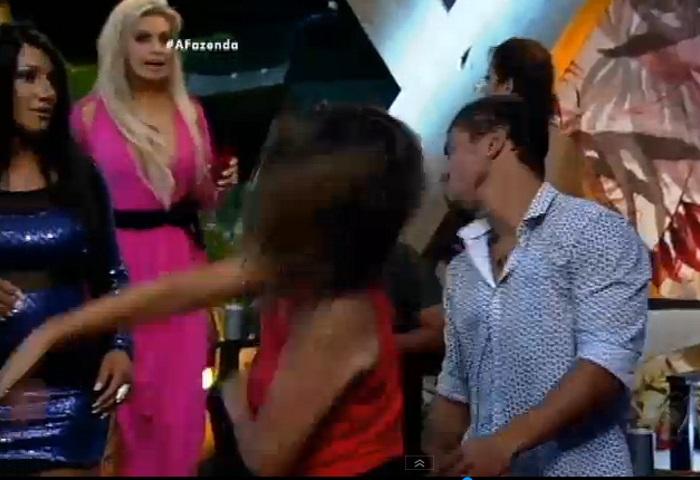 Mara dá tapa na cara de Douglas