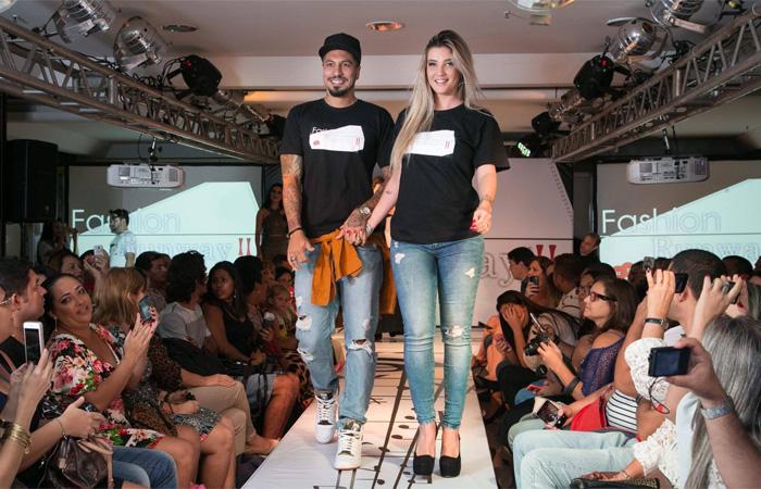 Ex-BBBs Aline e Fernando apostam na simpatia para desfile