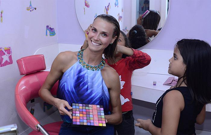 Renata Kuerten se diverte com crianças carentes