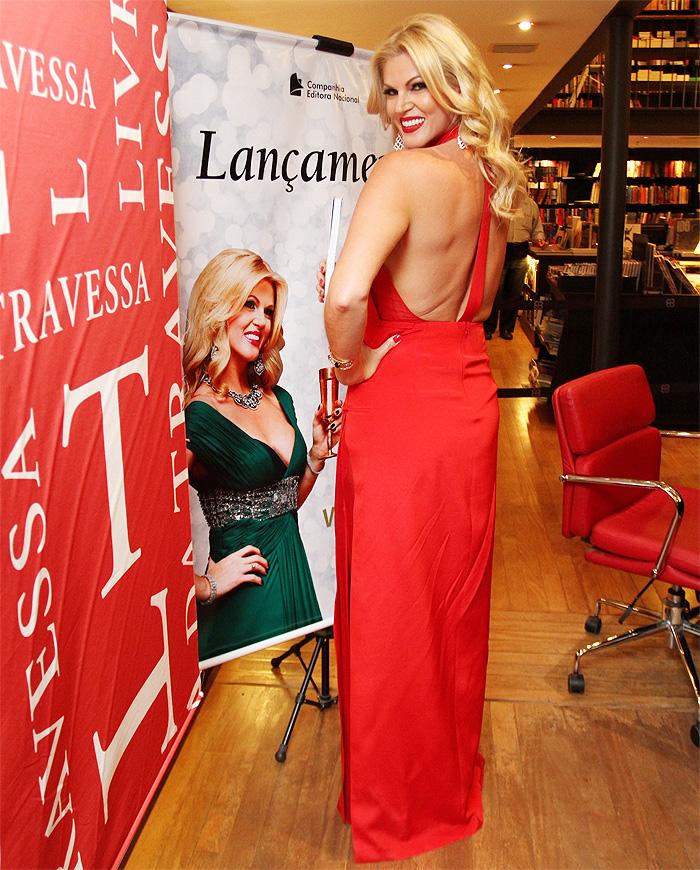 Vestida de vermelho, Val Marchiori lança livro