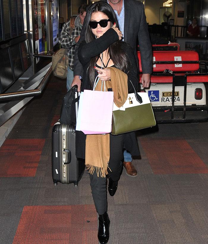 Selena Gomez faz 'cara de poucos amigos' ao desembarcar