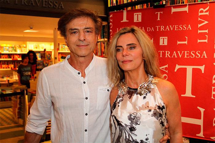 Bruna Lombardi esbanja beleza ao lançar livro no Rio