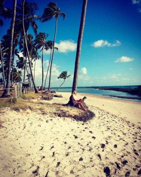 Após cinco dias internada, Giovanna Ewbank relaxa em praia