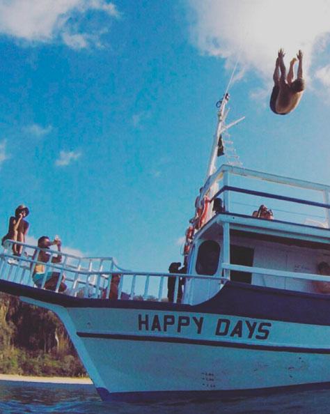 Bruno Gagliasso surpreende fãs com belo salto no mar
