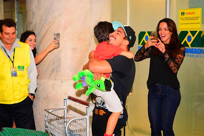 Douglas Sampaio se emociona ao reencontrar o filho