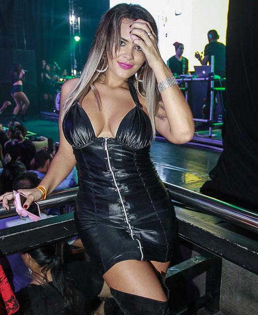 Geisy Arruda abusa do decotão para ir a show
