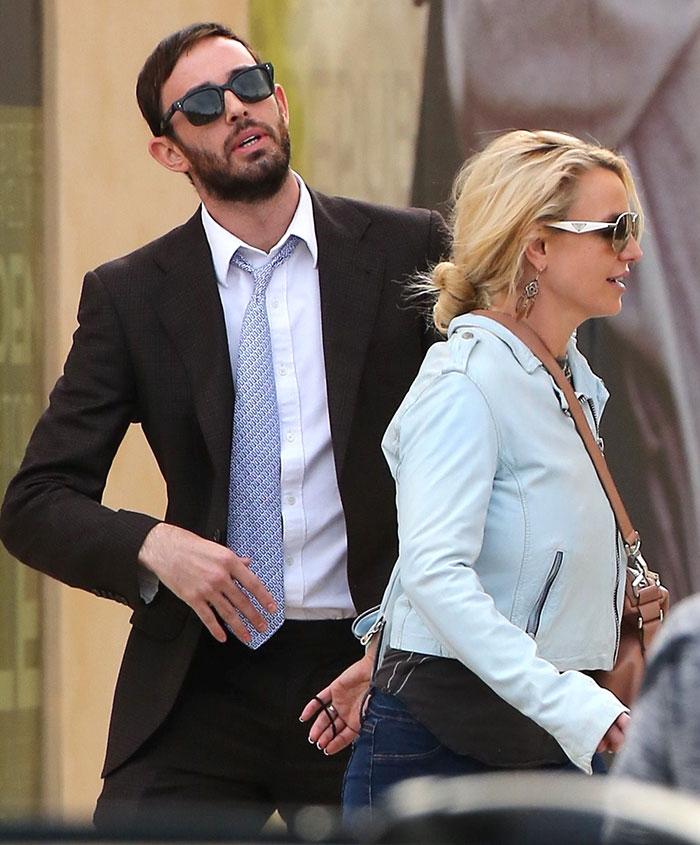 Britney Spears é vista com bonitão misterioso