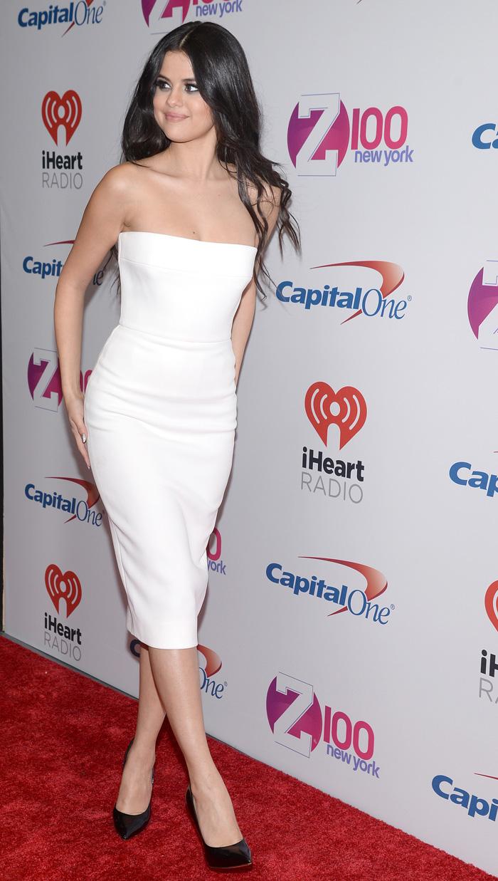 Maravilhosa! Selena Gomez arrasa de vestido justinho