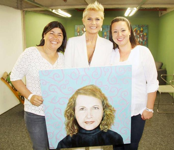 Xuxa se emociona ao receber tela pintada com foto de sua mãe