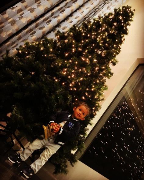 Chris Brown compartilha foto da filha e sua árvore de Natal