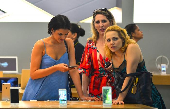 Bruna Marquezine e Letícia Colin batem perna em shopping
