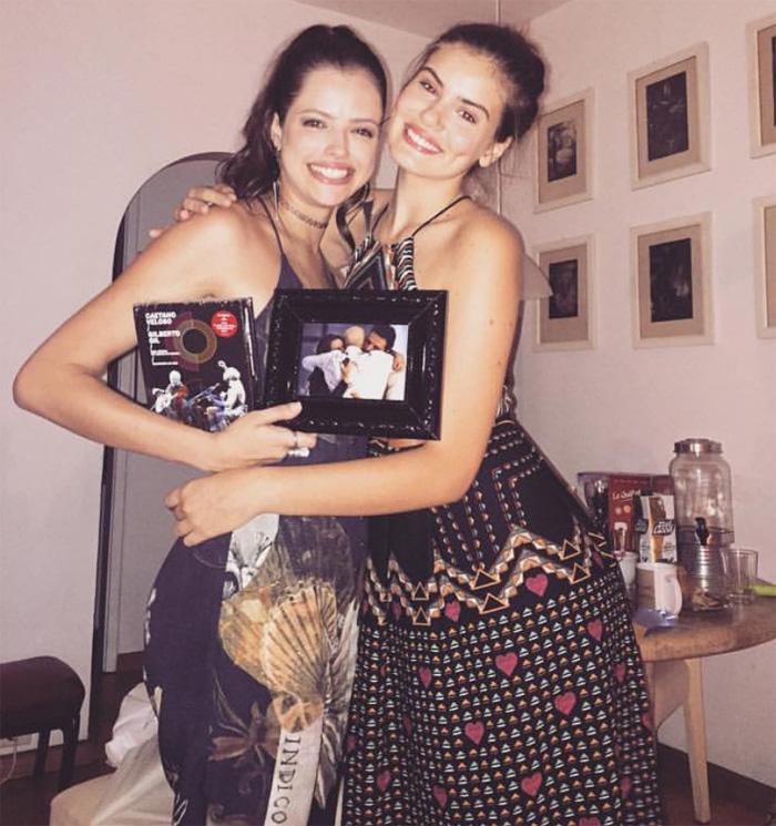 Camila Queiroz e Ágatha Moreira se divertem em festança