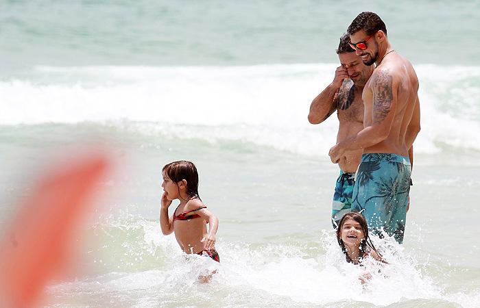 Paizão, Cauã Reymond curte dia de praia com Sofia
