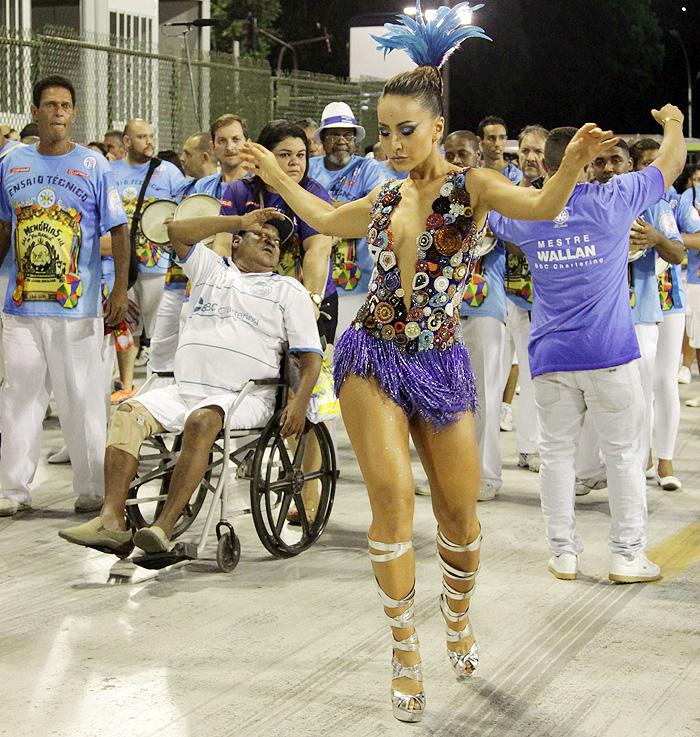 Sabrina Sato manda bem no samba, até debaixo de chuva
