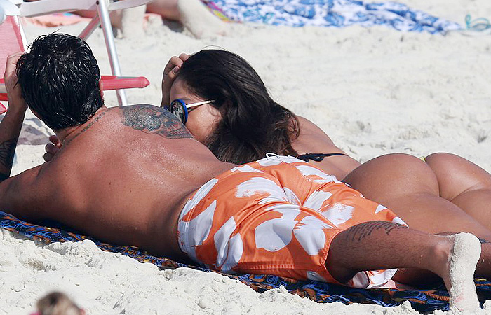 Sem camisa, Thammy Miranda se refresca no mar carioca