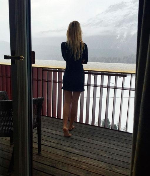 Fiorella Mattheis posa com as pernas de fora na Suíça