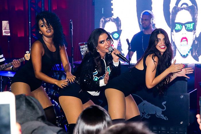 Anitta sensualiza em show com Fernando e Sorocaba na plateia