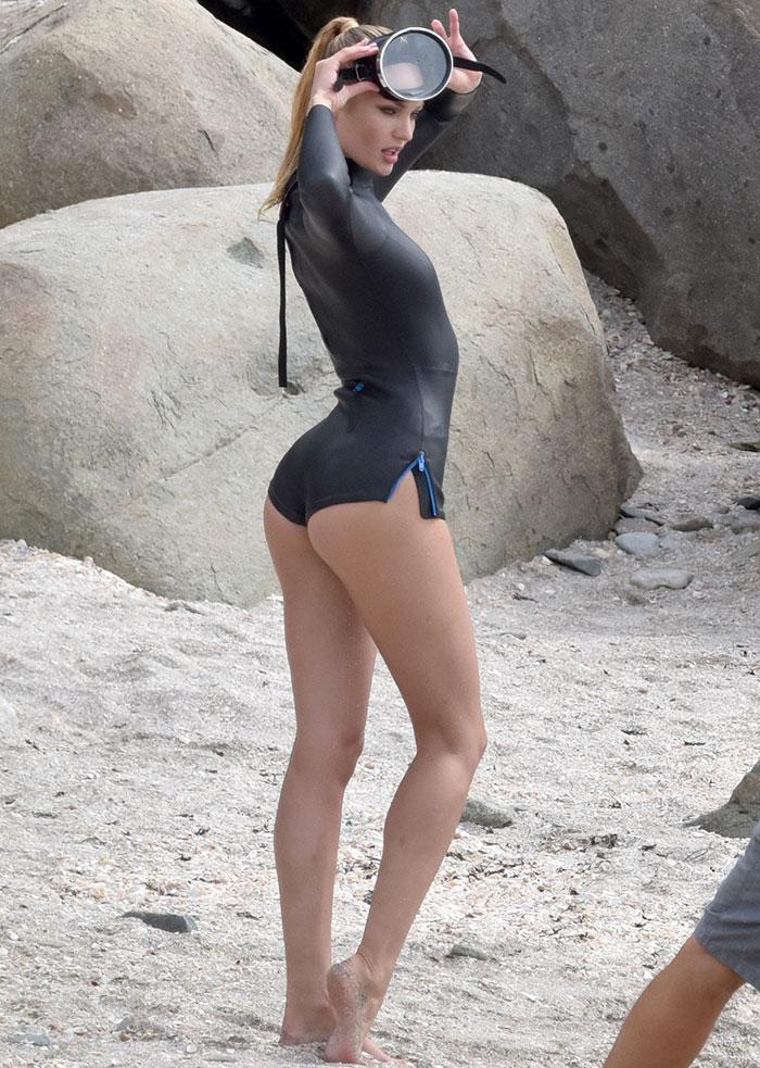 Candice Swanepoel mostra o corpo perfeito em três looks