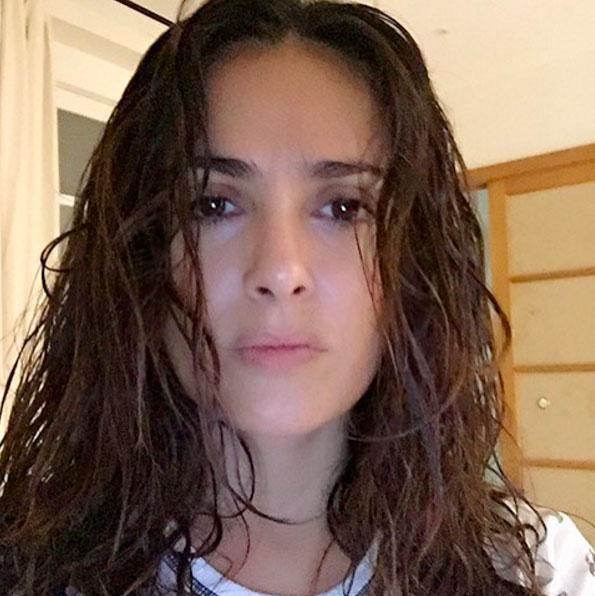 Salma Hayek posta foto de rosto lavado e choca por beleza