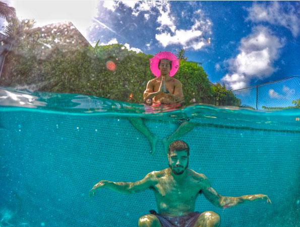 Caio Castro curte férias no Havaí com amigos